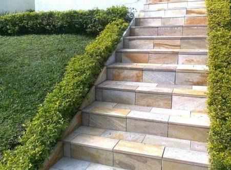 , Безопасная лестница: хорошая плитка на ступени, перила, освещение